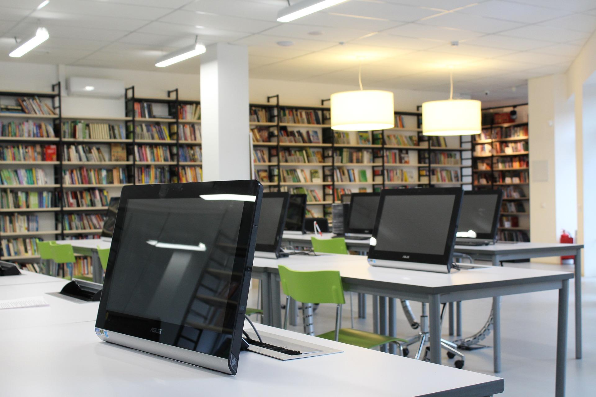 Aula con ordenadores y libros