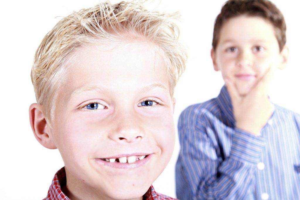 Dos niños sonrientes