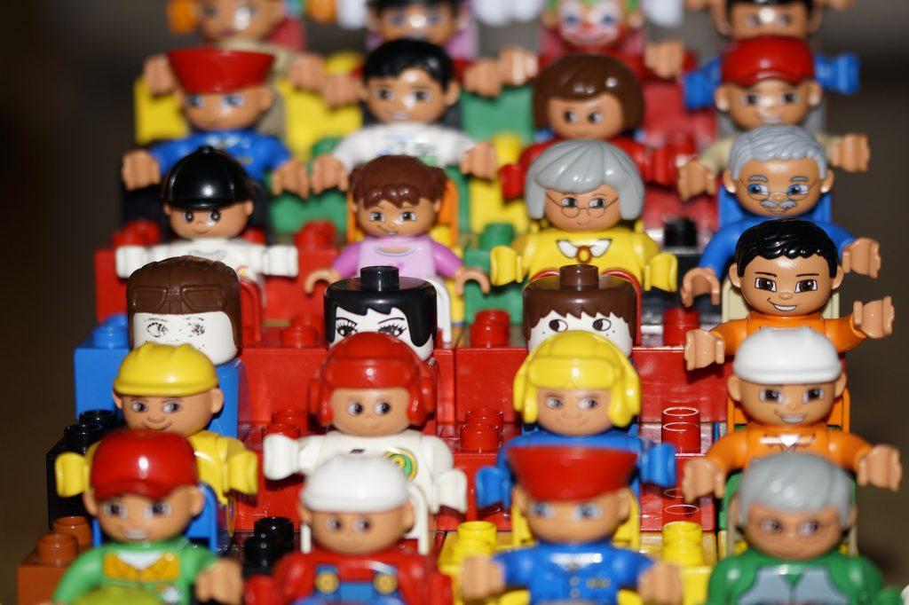 Muñecos de lego con diferentes caras y ropas
