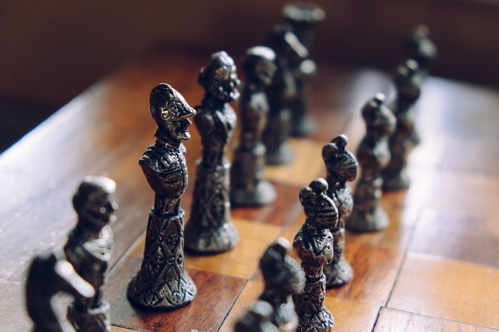 Tablero de ajedrez con piezas de metal, de estilo medieval