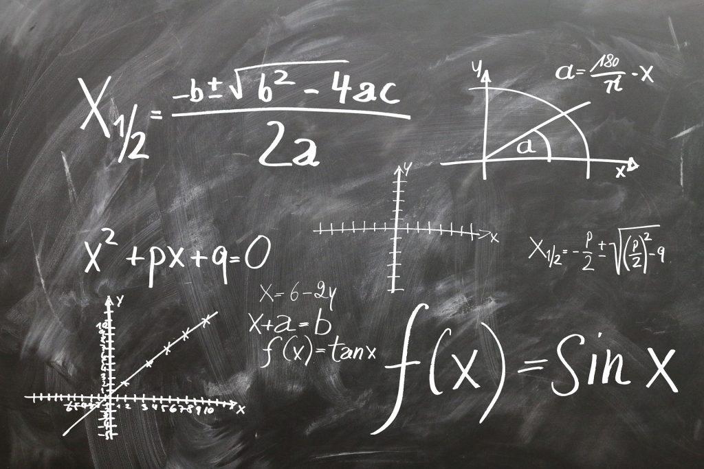 Pizarra con operaciones y fórmulas matemáticas