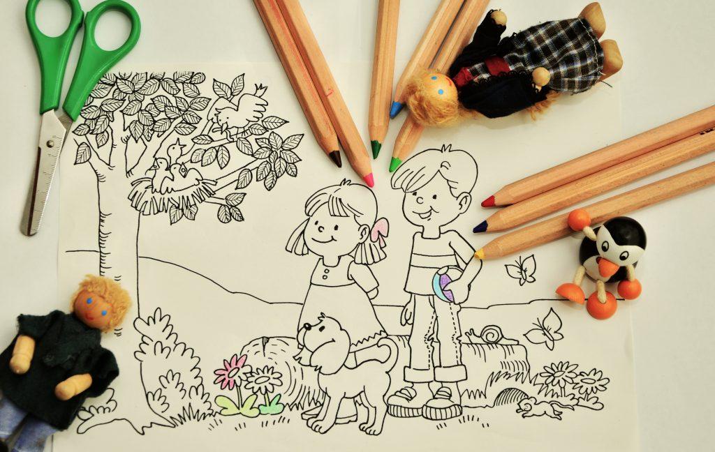 Dibujo para colorear, lápices de colores, muñecos y tijeras