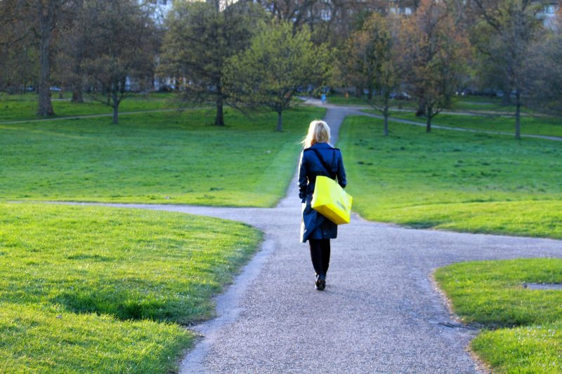Chica pasea por un camino con varias ramificaciones y encrucijadas