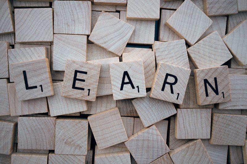 La palabra LEARN (aprender en inglés) escrita en letras de scrabble de madera