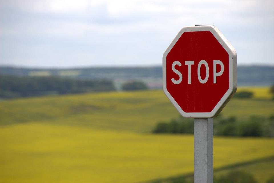 Señal de STOP en escenario campestre