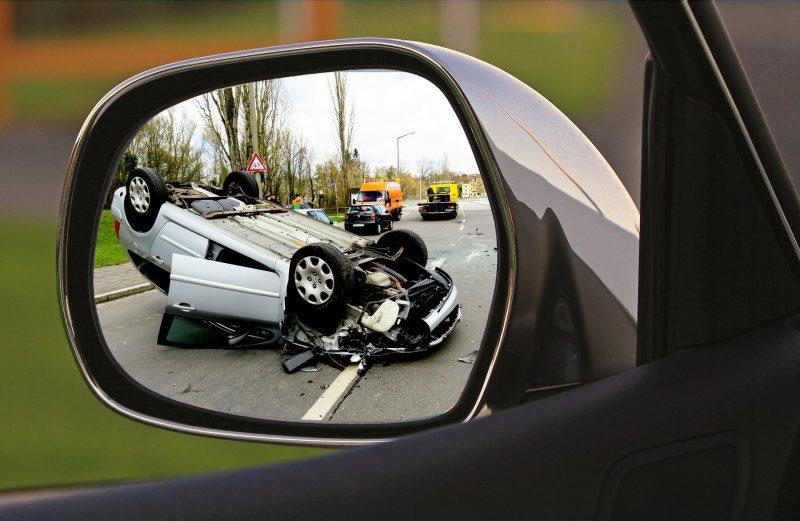 Accidente de tráfico visto desde retrovisor
