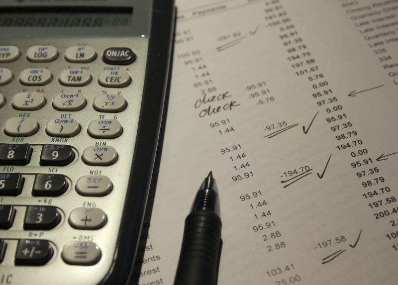 Calculadora y bolígrafo sobre hoja de cuentas