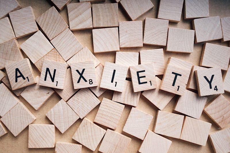 La palabra Anxiety (ansiedad en inglés), escrita con letras de scrabble de madera.