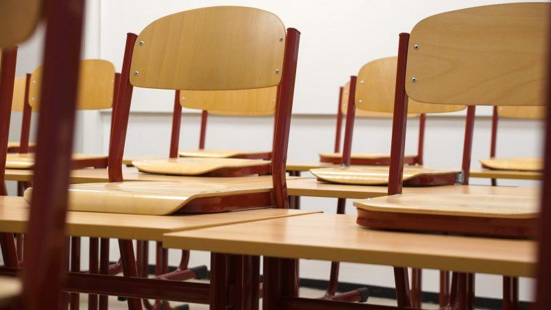 Mesas y sillas en aula