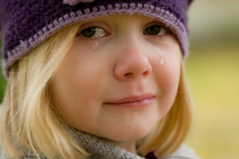 Niña rubia llorando