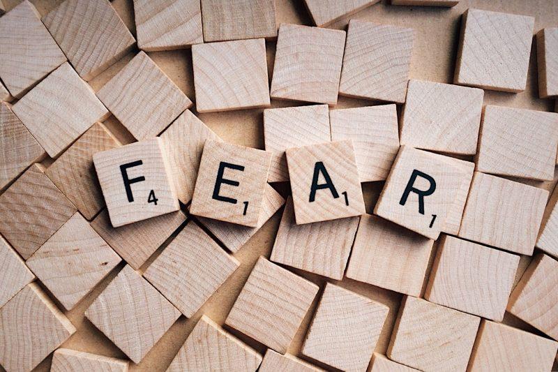 Miedo en inglés, escrito con letras de scrabble de madera
