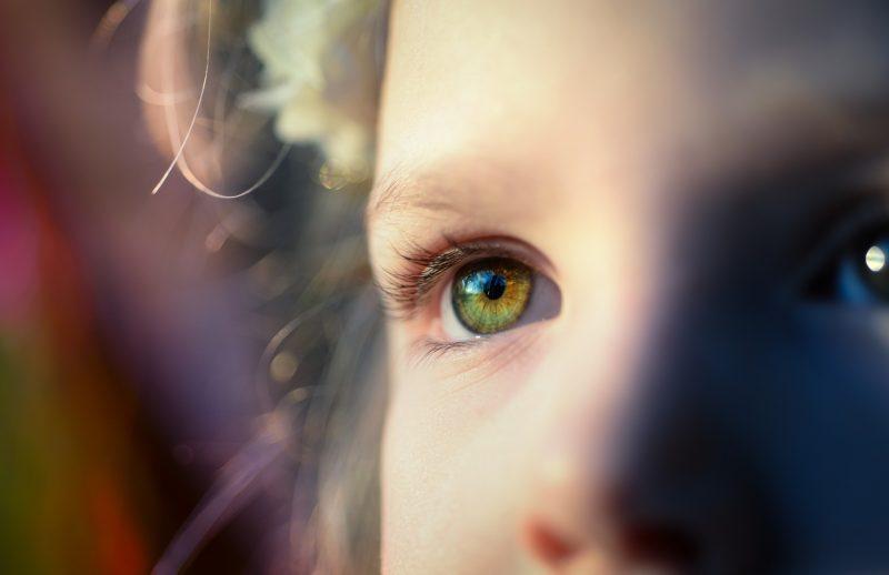 Primer plano de ojos de niño