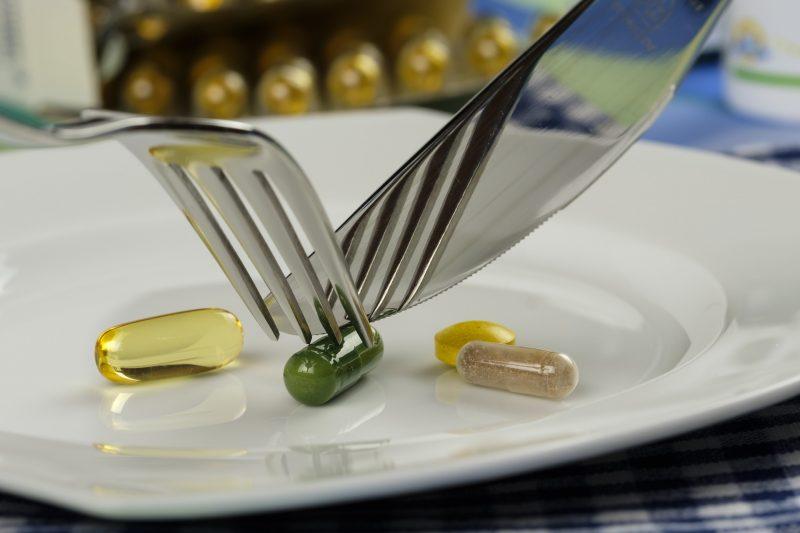 Pastillas siendo cortadas con cuchillo y tenedor en un plato