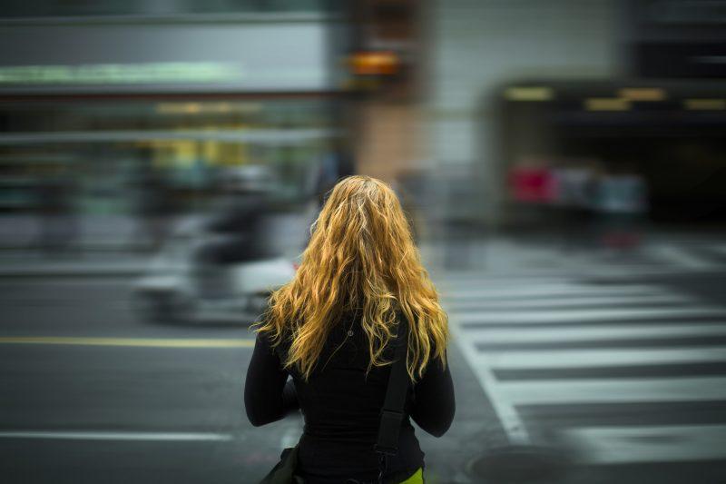 Joven se dispone a cruzar la calle