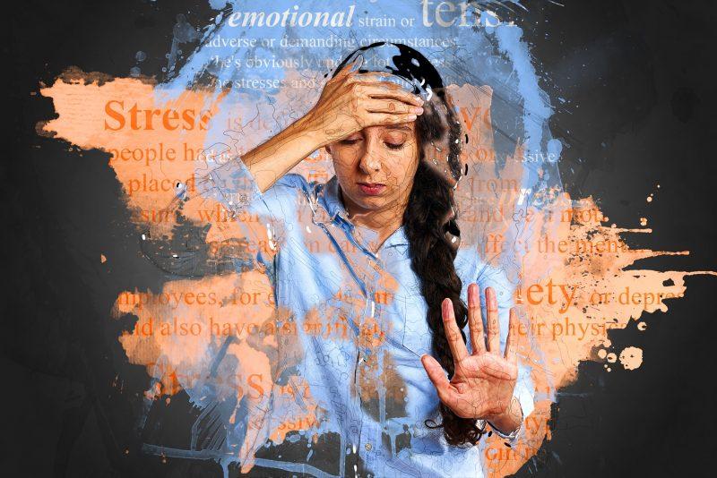 Chica con una mano sobre su frente y la otra mano abierta en señal de parar, con palabras relativas al estrés, la ansiedad y la tensión emocional y líneas superpuestas.