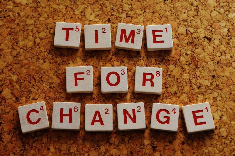 Tiempo para el cambio en inglés con letras de scrabble