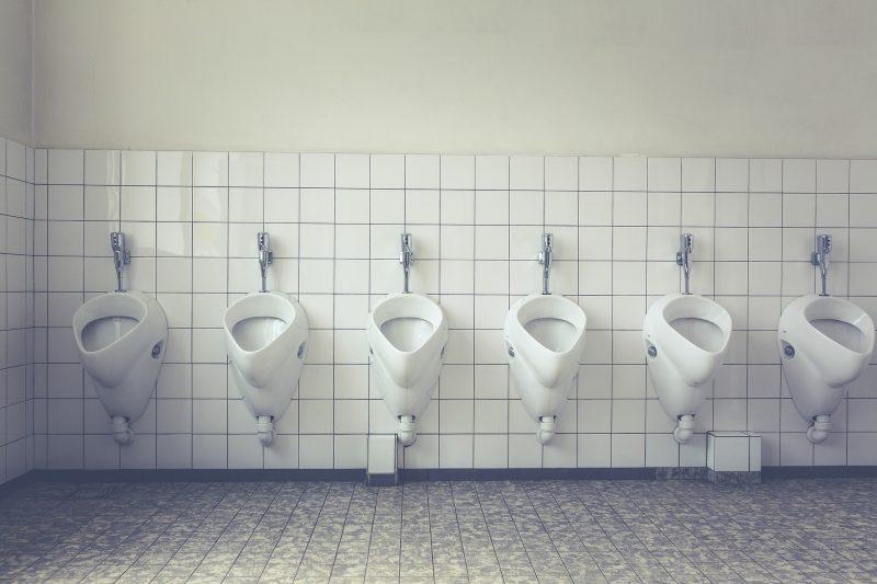 Urinarios públicos en fila