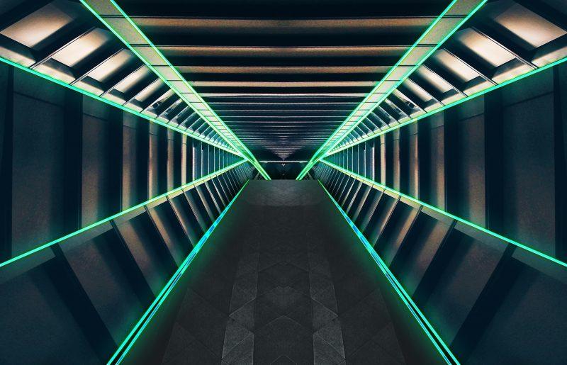 Interior de edificio metálico con franjas iluminadas con luz verde