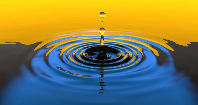 Gota cae sobre agua