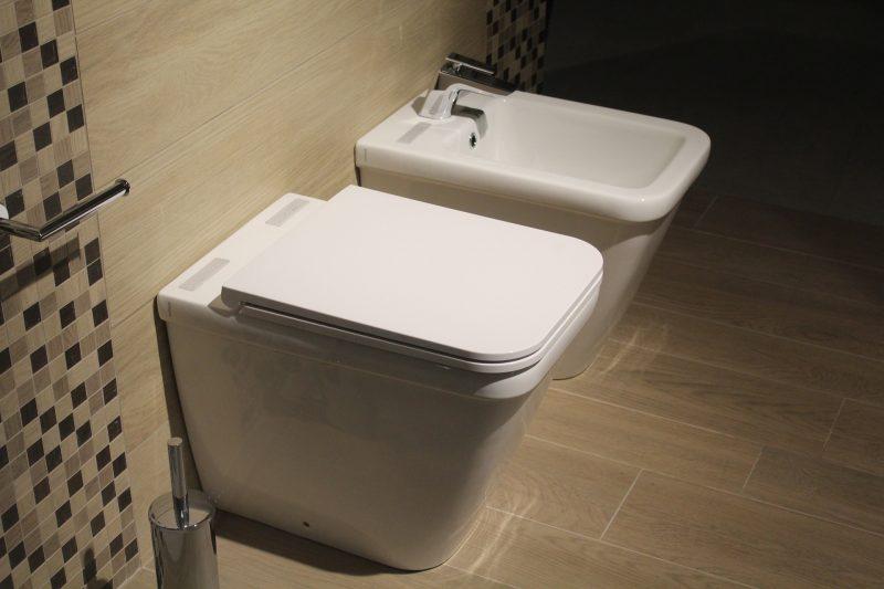 Urinario y bidé en cuarto de baño