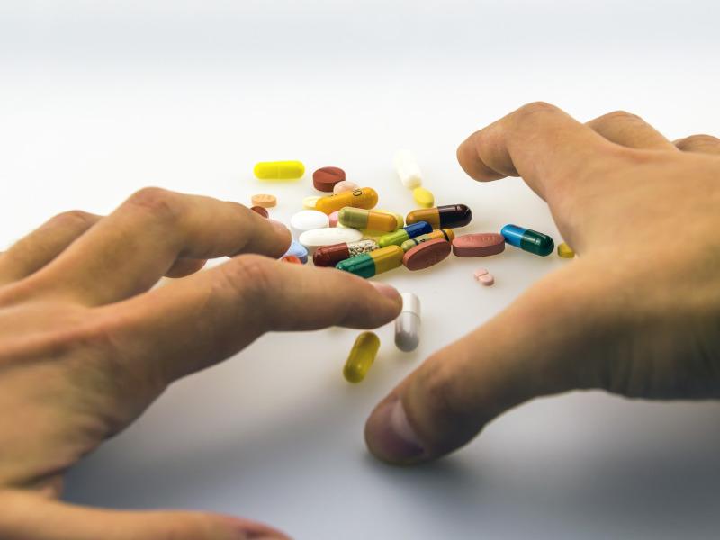 Dos manos se disponen a coger unas pastillas