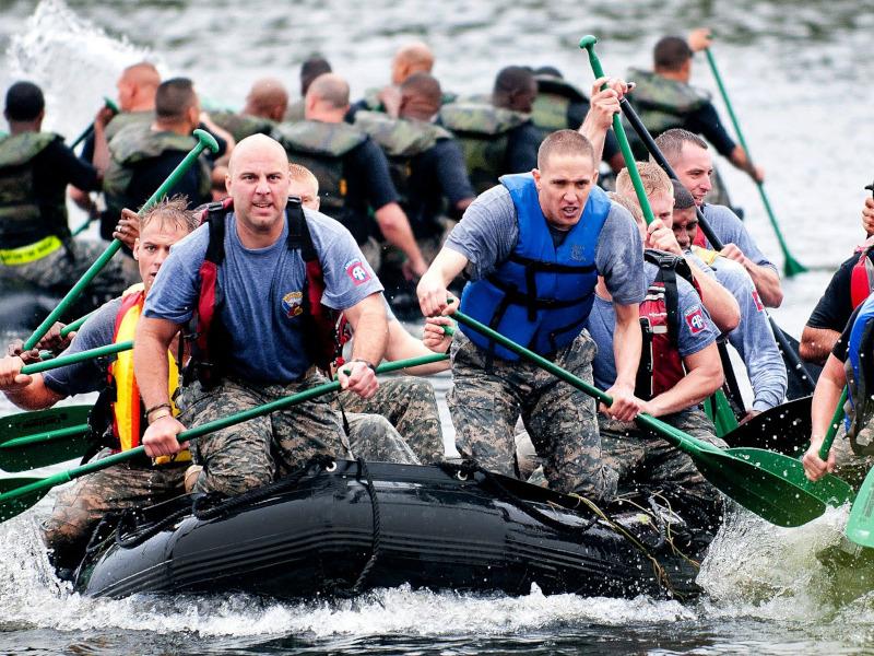Equipo de remeros trabajando en equipo para llevar su embarcación