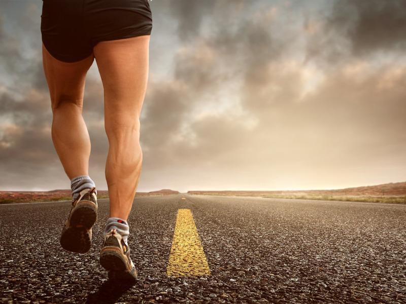 Persona caminando hacia una meta