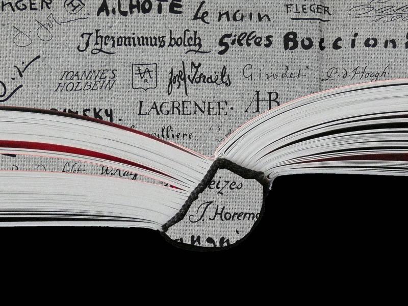 Libro abierto con fondo de letras