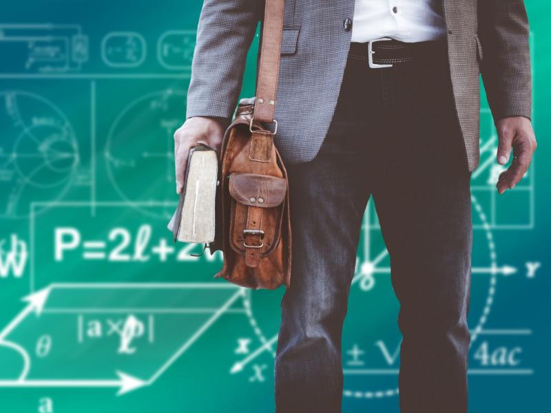 Chico con cartera y libro, fondo de pizarra con operaciones matemáticas