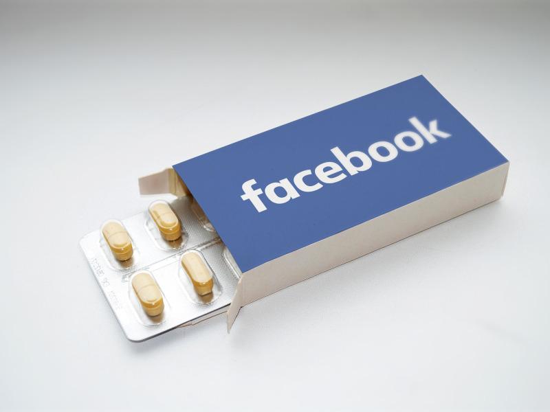 Pastillas con logo de facebook, como metáfora de la adicción a las redes sociales y nuevas tecnologías