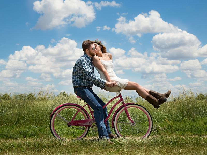Una pareja pasea en bicicleta