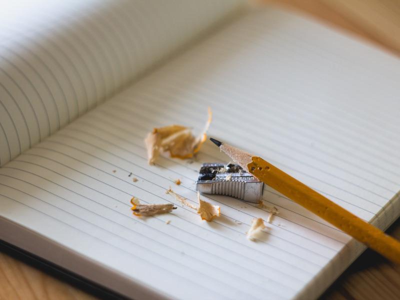 Cuaderno, lápiz y sacapuntas