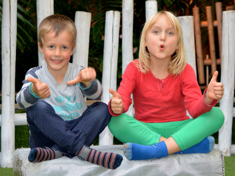 Dos niños levantan los pulgares