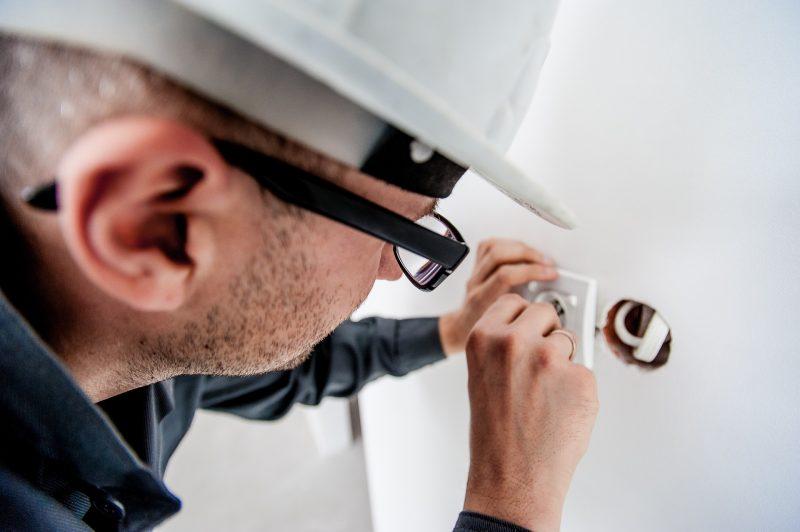 Electricista colocando un enchufe