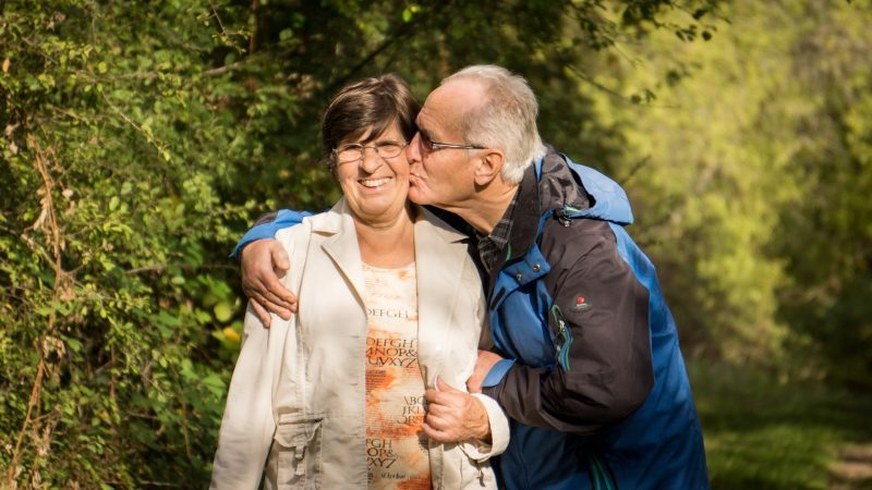 pareja mayor se da un beso