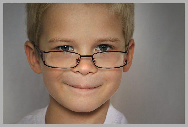 niño rubio con gafas