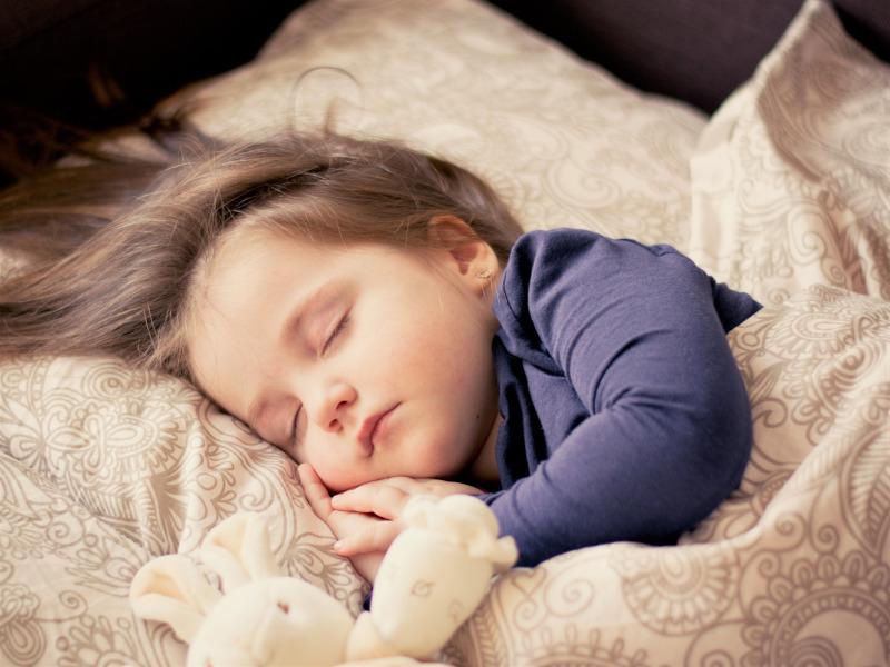 Niño pequeño durmiendo en la cama