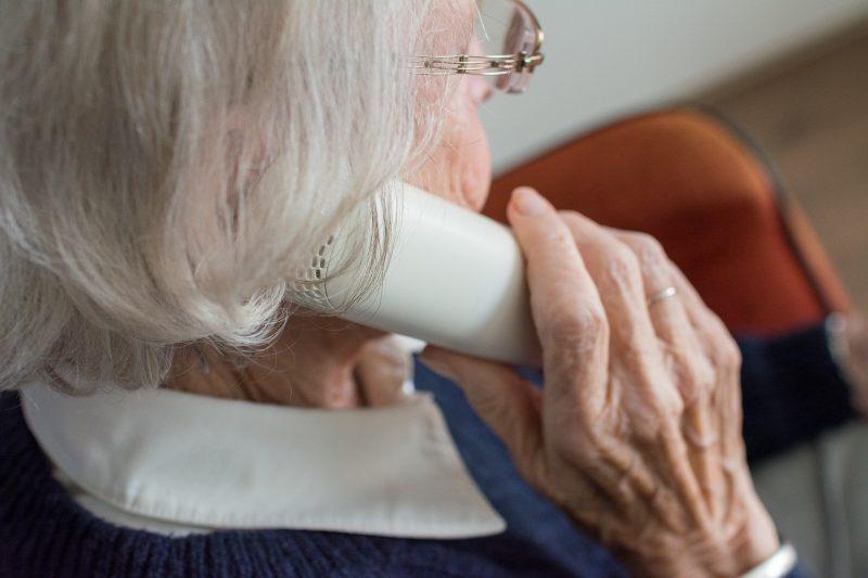 Mujer mayor al teléfono