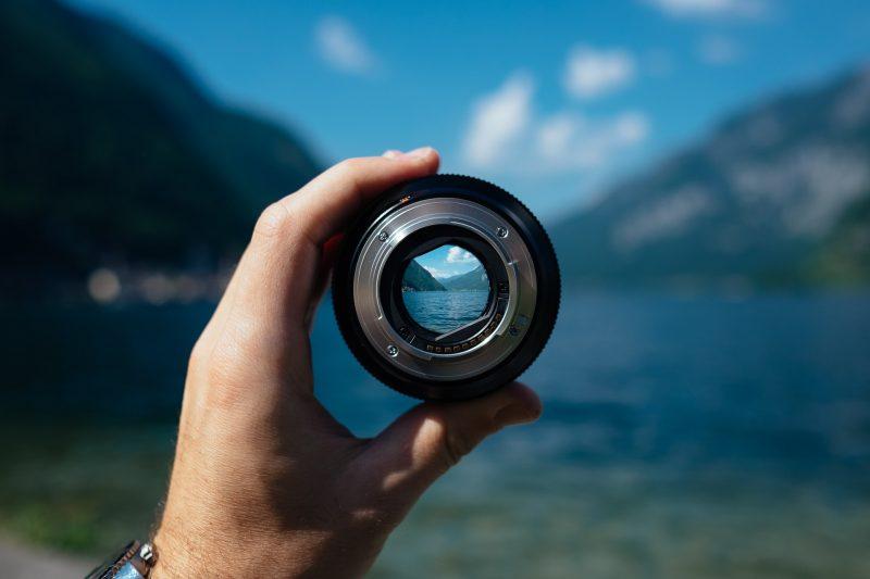 Imagen de un lago visto a través de un foco.