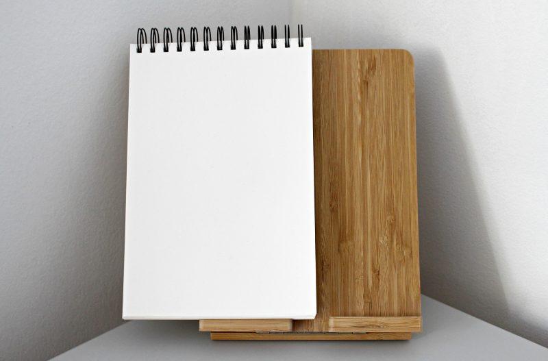 Cuaderno en blanco, listo para escribir.