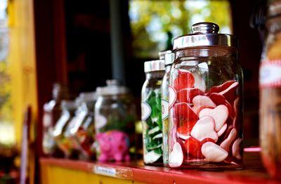 Botes con gominolas, golosinas y dulces de los que podemos abusar cuando tenemos estrés o ansiedad.