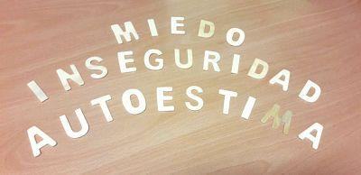 """Escritas con letras de madera aparecen las palabras """"miedo"""", """"inseguridad"""" y """"autoestima""""."""