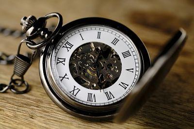 Reloj de bolsillo con numeración romana.